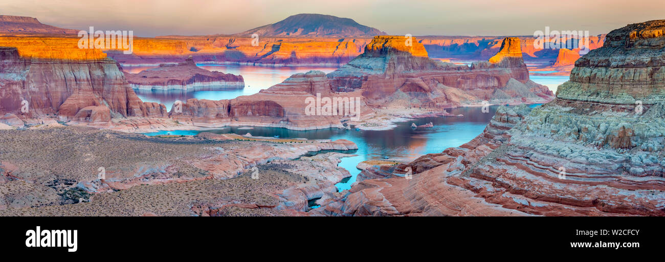 Stati Uniti d'America, Utah, Glen Canyon National Recreation Area, Lake Powell, Gunsight Bay al tramonto da Romana Mesa Immagini Stock