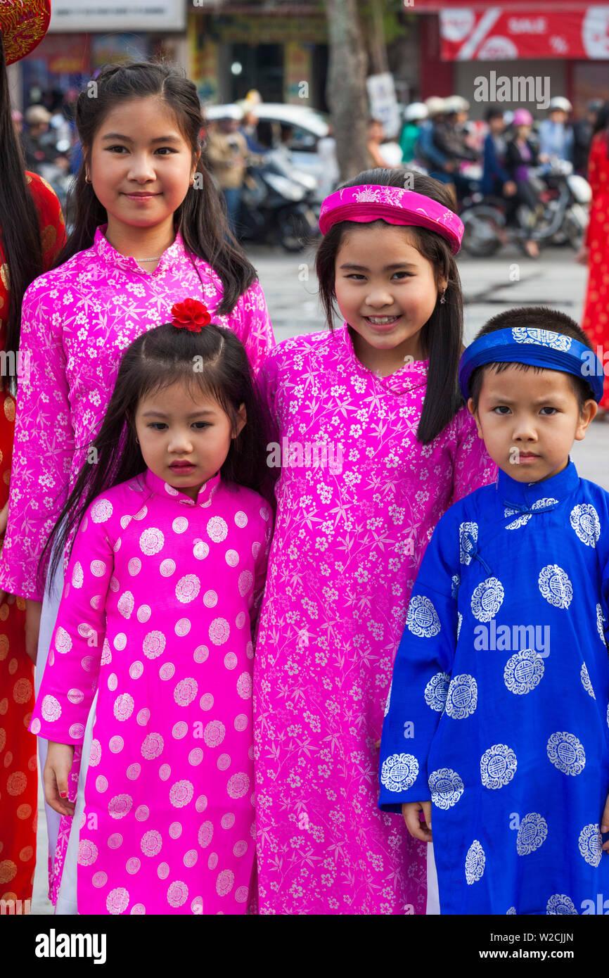 Il Vietnam, Haiphong, Tet capodanno nuovo anno lunare, famiglia in costume tradizionale Immagini Stock