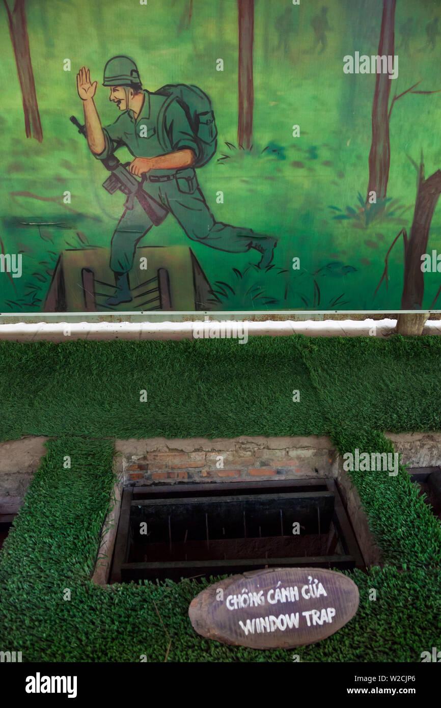 Il Vietnam, Cu Chi, Tunnel di Cu Chi, ex città sotterranea utilizzata dai Vietcong durante la Guerra del Vietnam, display della giungla trappole Immagini Stock