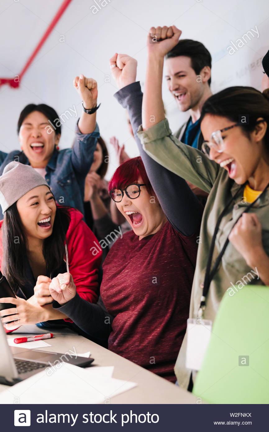 Giovani, entusiasti programmatori di computer il tifo in riunione Immagini Stock
