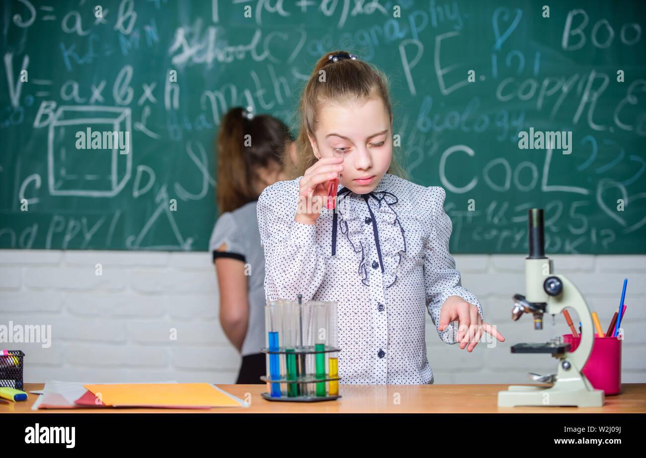 Classi scolastiche. La chimica e la biologia lezioni. Osservare le reazioni chimiche. La reazione chimica molto più eccitante della teoria. Le ragazze di lavoro esperimento chimico. Scienze naturali. Esperimento educativo. Immagini Stock