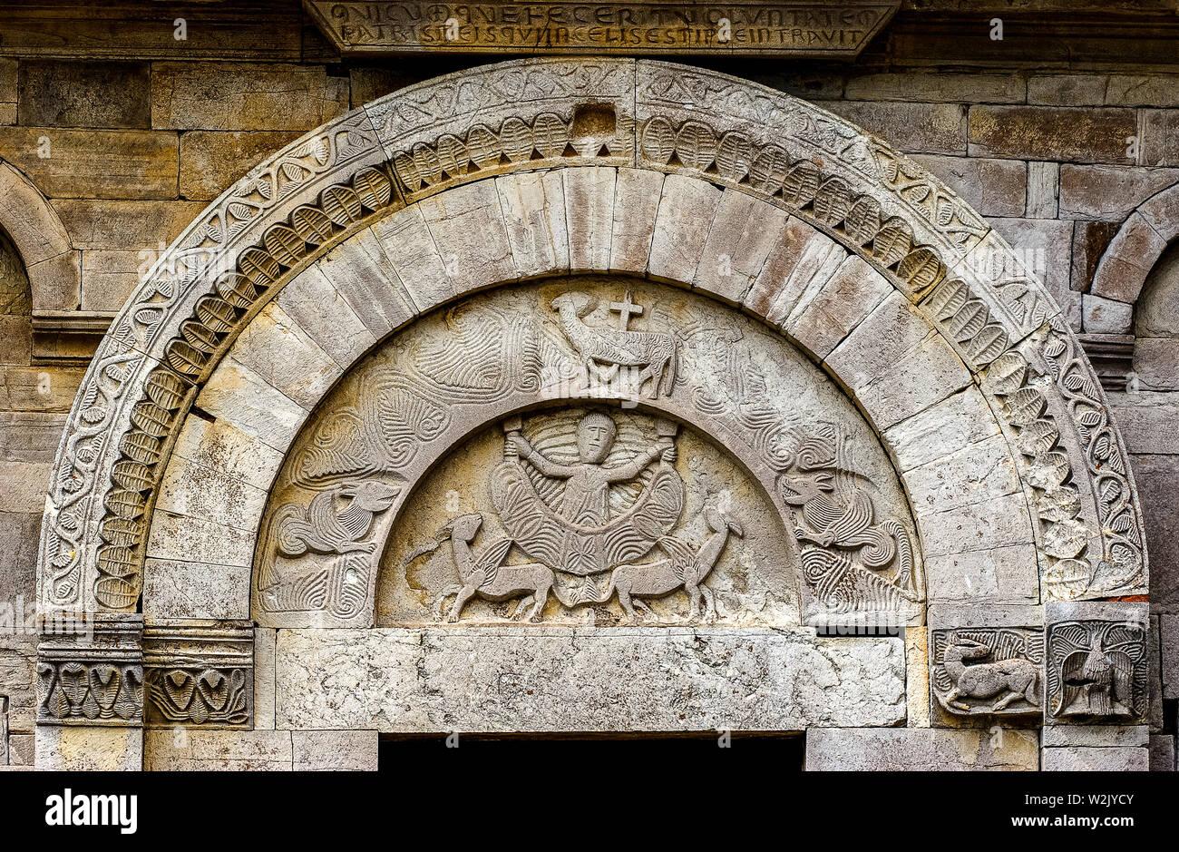 Italia Molise Matrice (Cb) - Chiesa di Santa Maria della Strada XI - XII secolo - Alessandro il Grande vola verso il sole in un carrello trainato da due grifoni alati - bassorilievo sul portale laterale Foto Stock