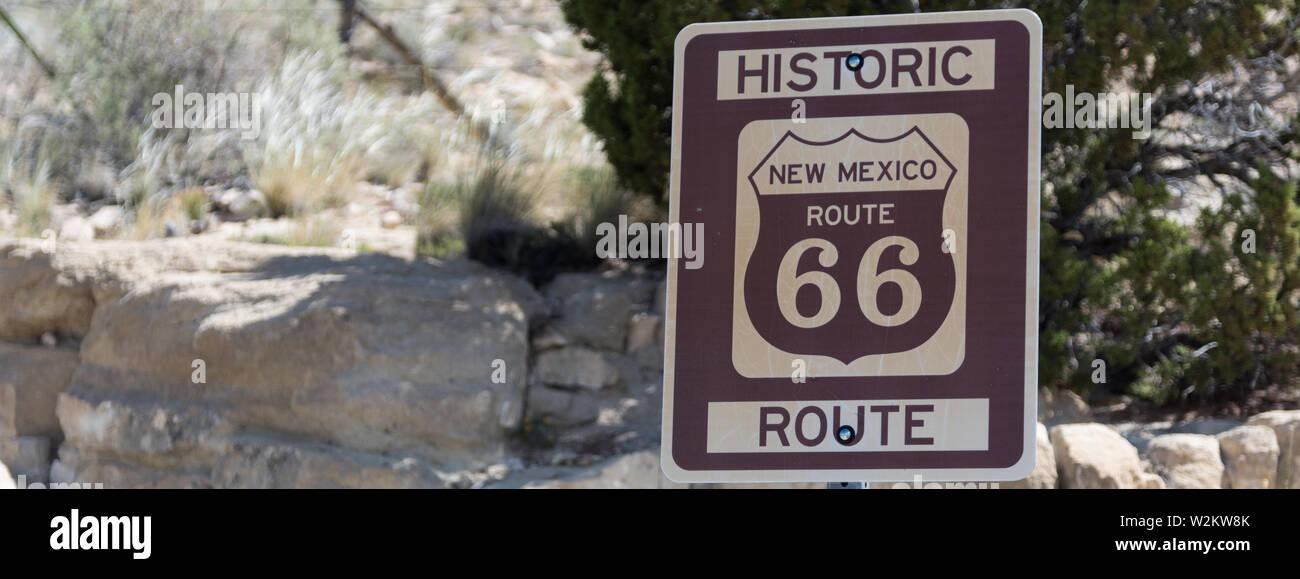 Autostrada marcatori sulla storica strada statale 66 nel sud-ovest americano Immagini Stock