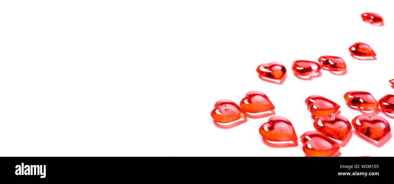 Un gruppo di cuori rossi su sfondo bianco con copia spazio. Il giorno di San Valentino del tema. Immagini Stock