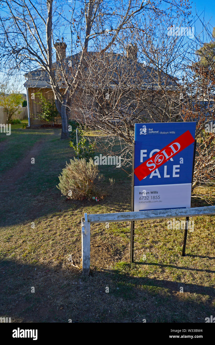 Adesivo venduti attraverso un segno venduti al di fuori di una casa nel Nuovo Galles del Sud settentrionale città di Glen Innes, australia Foto Stock