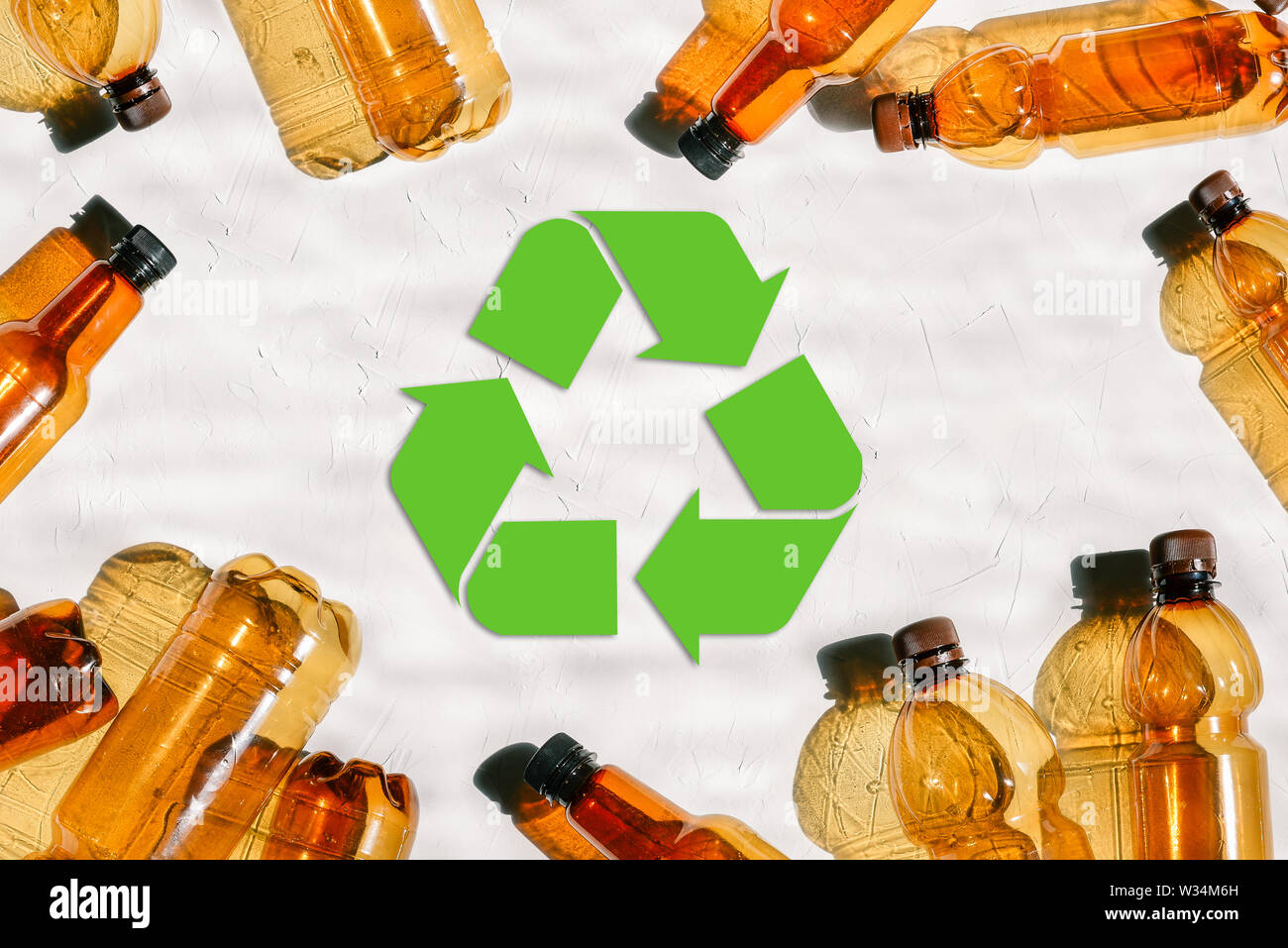 Bottiglie di plastica e il riutilizzo contrassegnare. Riciclaggio della plastica. La tutela dell'ambiente. Verde simbolo di riciclaggio. Problemi ambientali Immagini Stock