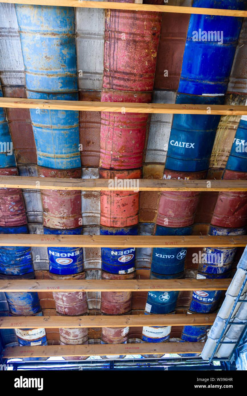 Barili di olio tagliate in pezzi e utilizzati per affiancare un tetto in una scuola per la costruzione in Africa. Questo riutilizzo taglia verso il basso sui rifiuti e prevede economici materiali di costruzione. Namibia Immagini Stock
