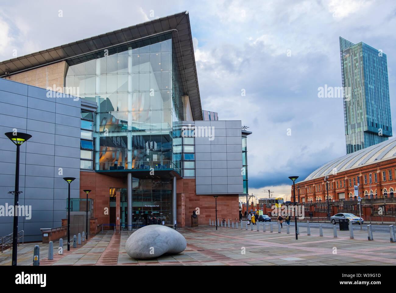 Manchester, Regno Unito - 25 Aprile 2019: la Bridgewater Hall di fronte al Manchester Central Conference Centre. La Bridgewater Hall è un Ospiti int Foto Stock