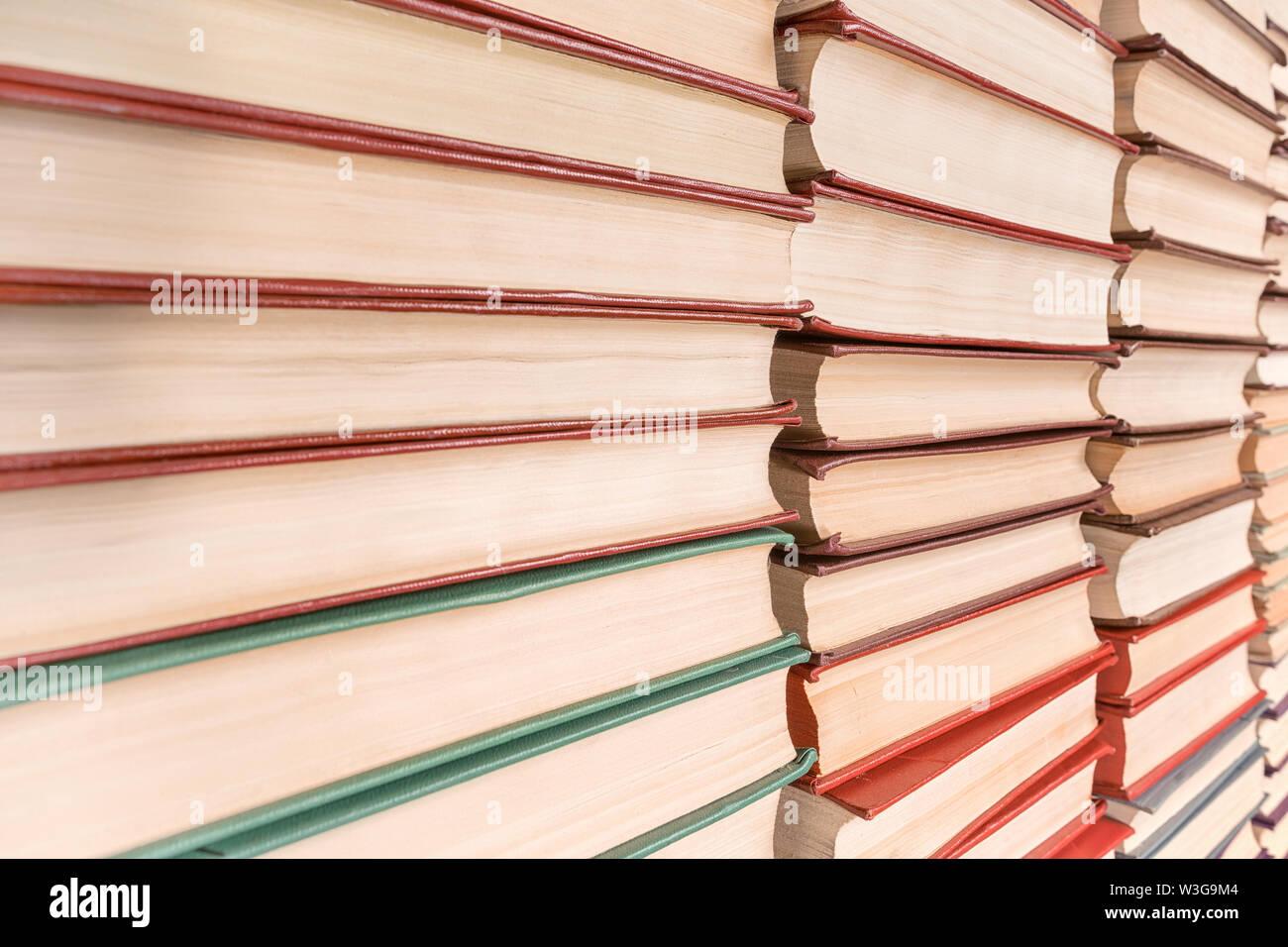 Pila di libri in diminuzione in prospettiva. Texture e background Foto Stock