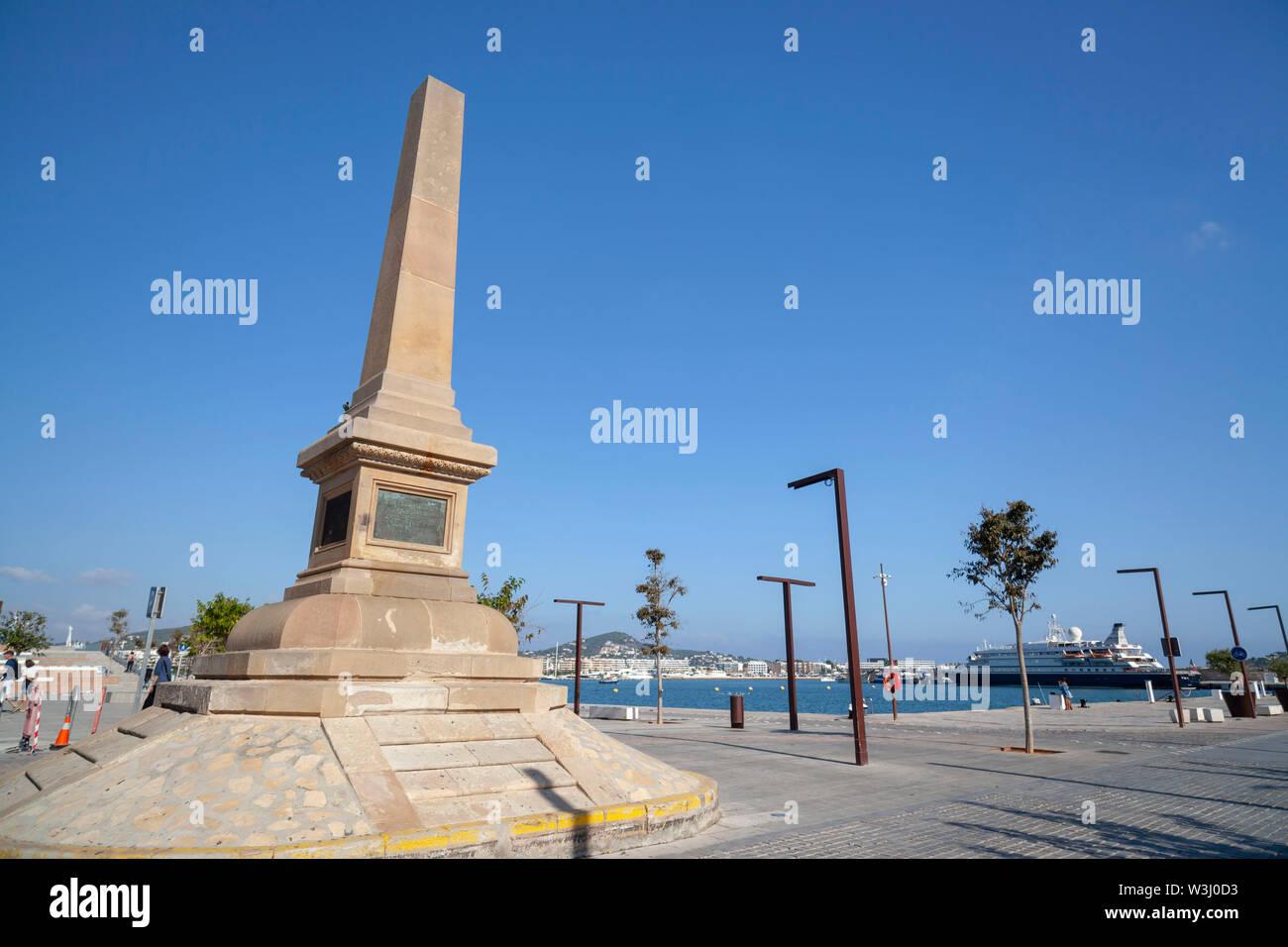 IBIZA,Spagna-ottobre 10,2019: Obelisco omaggio ai pirati nel porto di Ibiza, Ibiza, Isole Baleari. Foto Stock