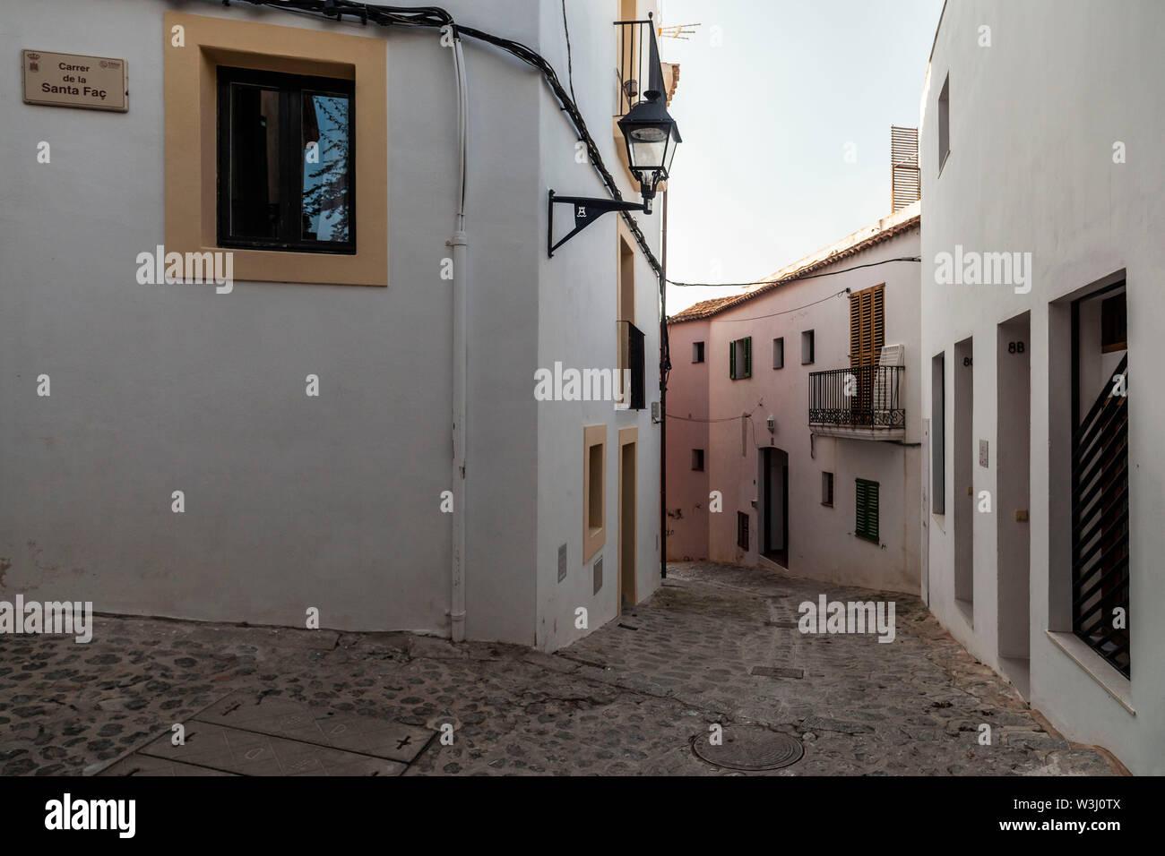 Tipica strada nel centro storico, Dalt Vila di Ibiza, Ibiza, Isole Baleari. Spagna. Foto Stock