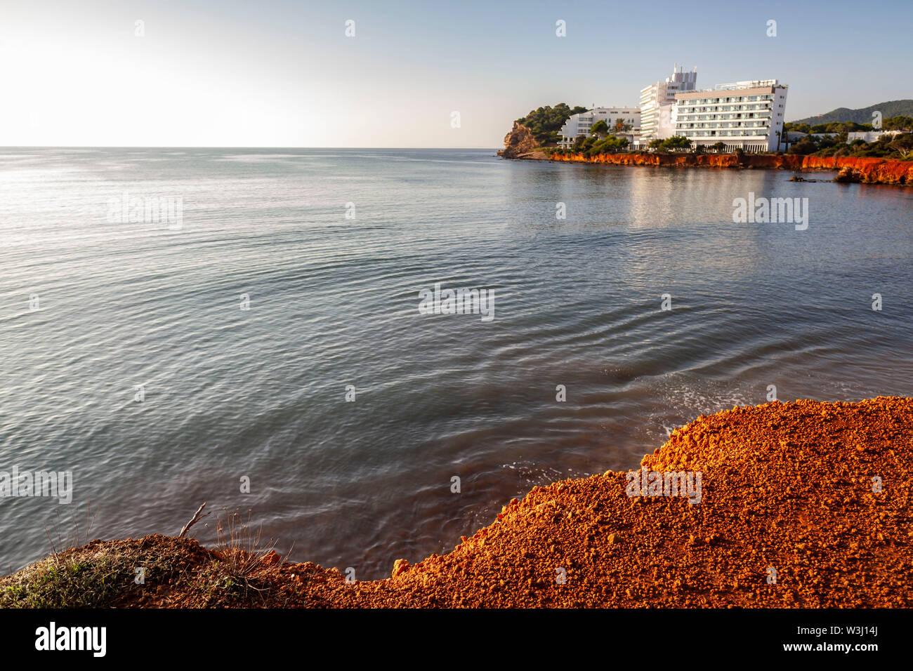 Santa Eulària des Riu, littoral, costiere particolari rocce color ocra. Vista del mediterraneo, isola di Ibiza, Isole Baleari, Spagna. Foto Stock