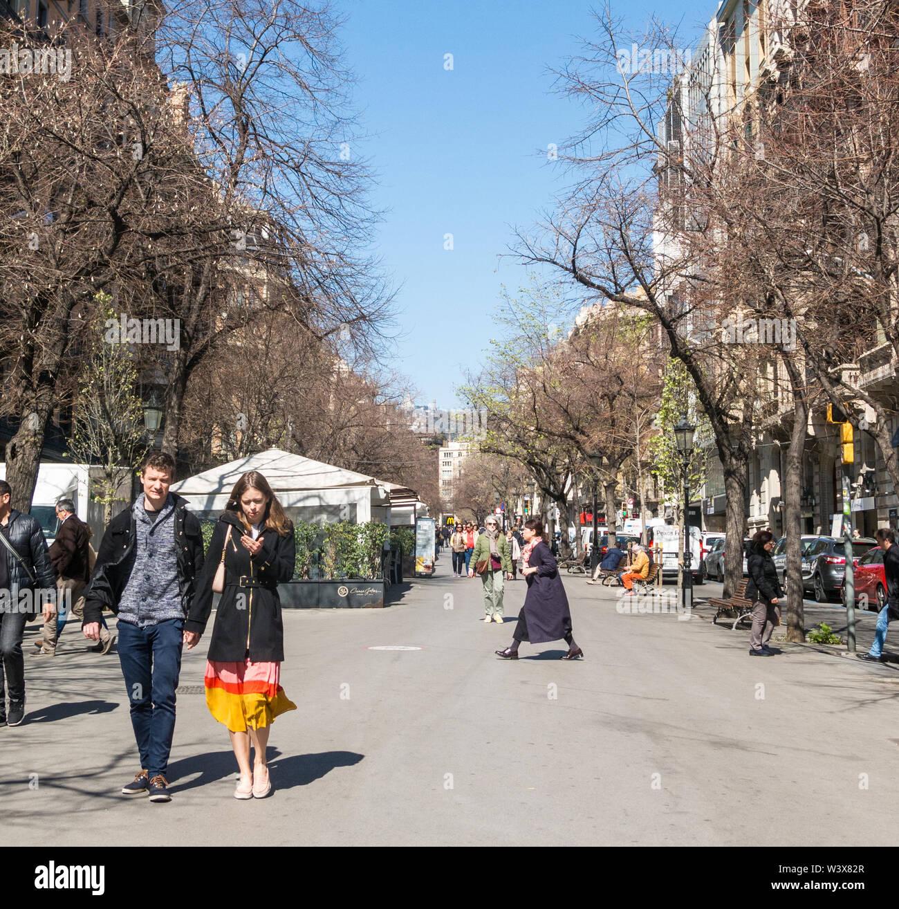 Barcellona, Spagna - Feb 24, 2019: la gente camminare dalla sezione superiore della Rambla di Barcellona, Spagna. Migliaia di persone a piedi ogni giorno da questo popolare Immagini Stock