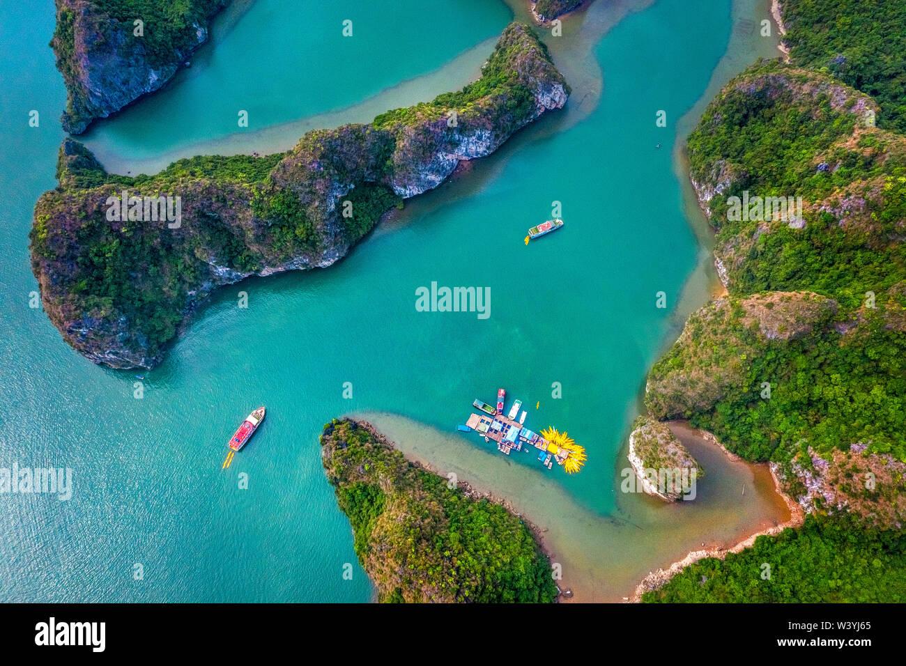 Vista aerea di Sang grotta e kayak area, Halong Bay, Vietnam, sud-est asiatico. UNESCO - Sito Patrimonio dell'umanità. Junk crociera in barca per la Baia di Ha Long. Foto Stock