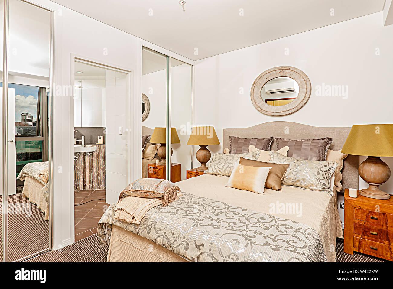 Lussuosa camera da letto con disegni e pareti bianche ...