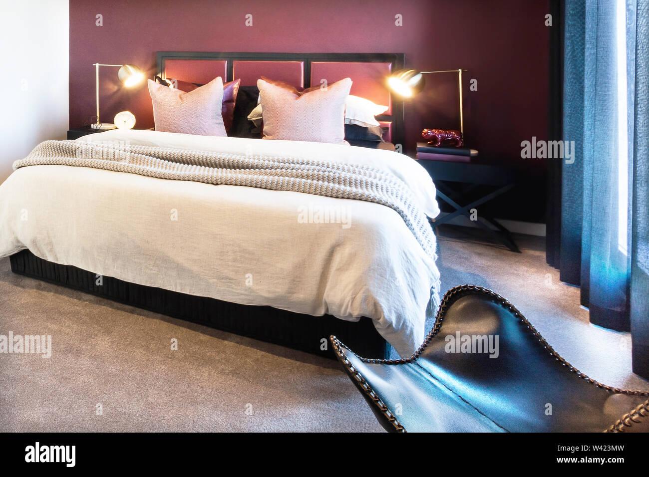 Vista della camera da letto di lusso che dispone di lampeggiare lampade da tavolo dallo spogliatoio Immagini Stock