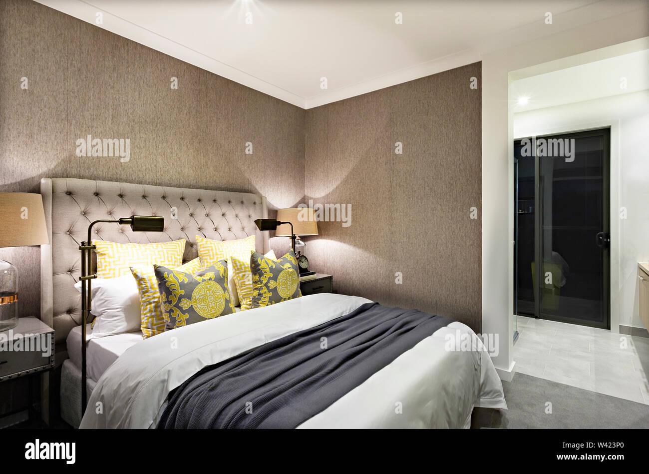 Camere da letto moderne di un hotel di lusso preparato con luci e lettiere di qualcuno Immagini Stock