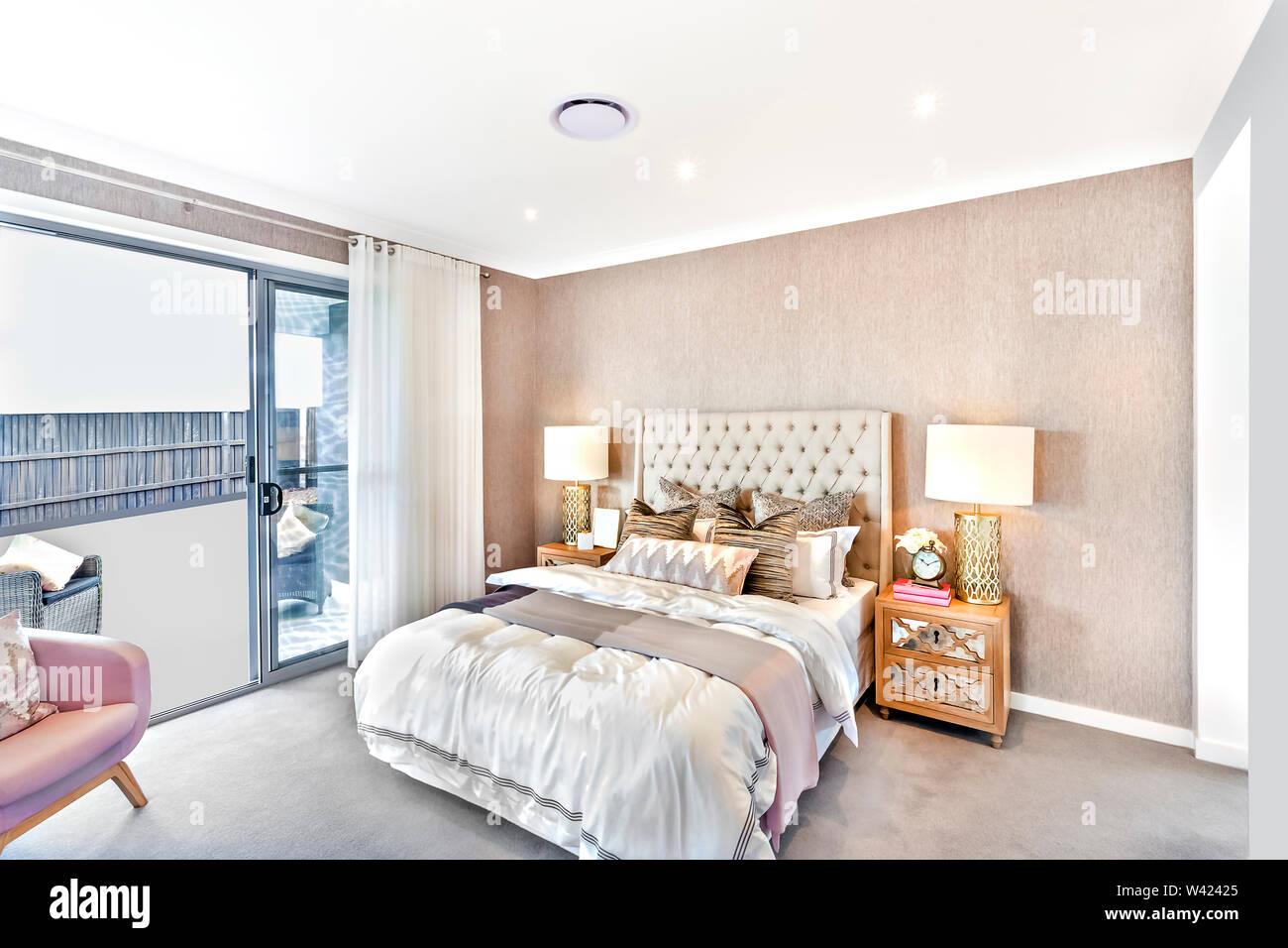 Camera moderna con lampeggiante lampade da tavolo e ingresso al di fuori che ha illuminato dalla luce del sole Immagini Stock