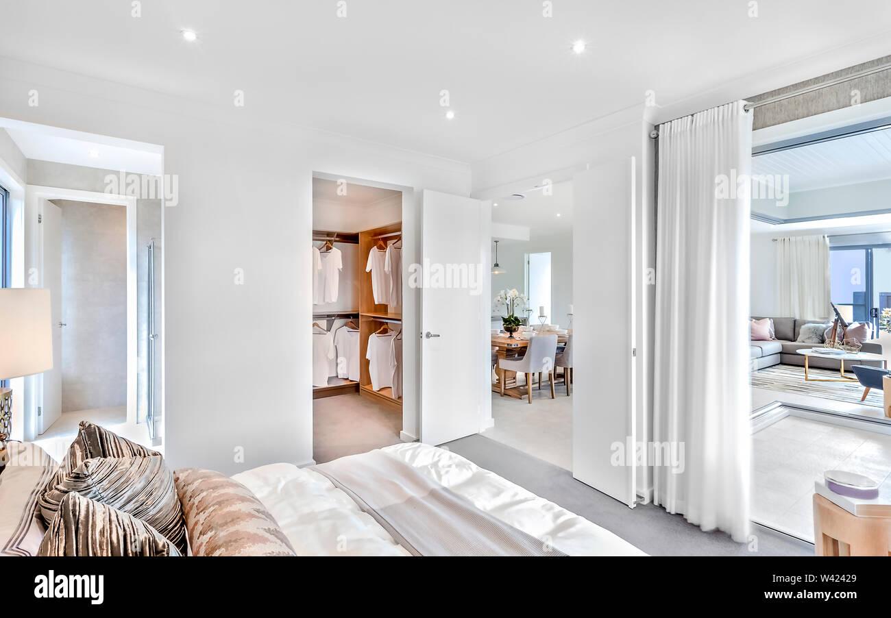 Casa moderna interno a tempo di giorno, compresa la camera da letto e sala da pranzo accanto a lavanderia e soggiorno con le luci accese Immagini Stock