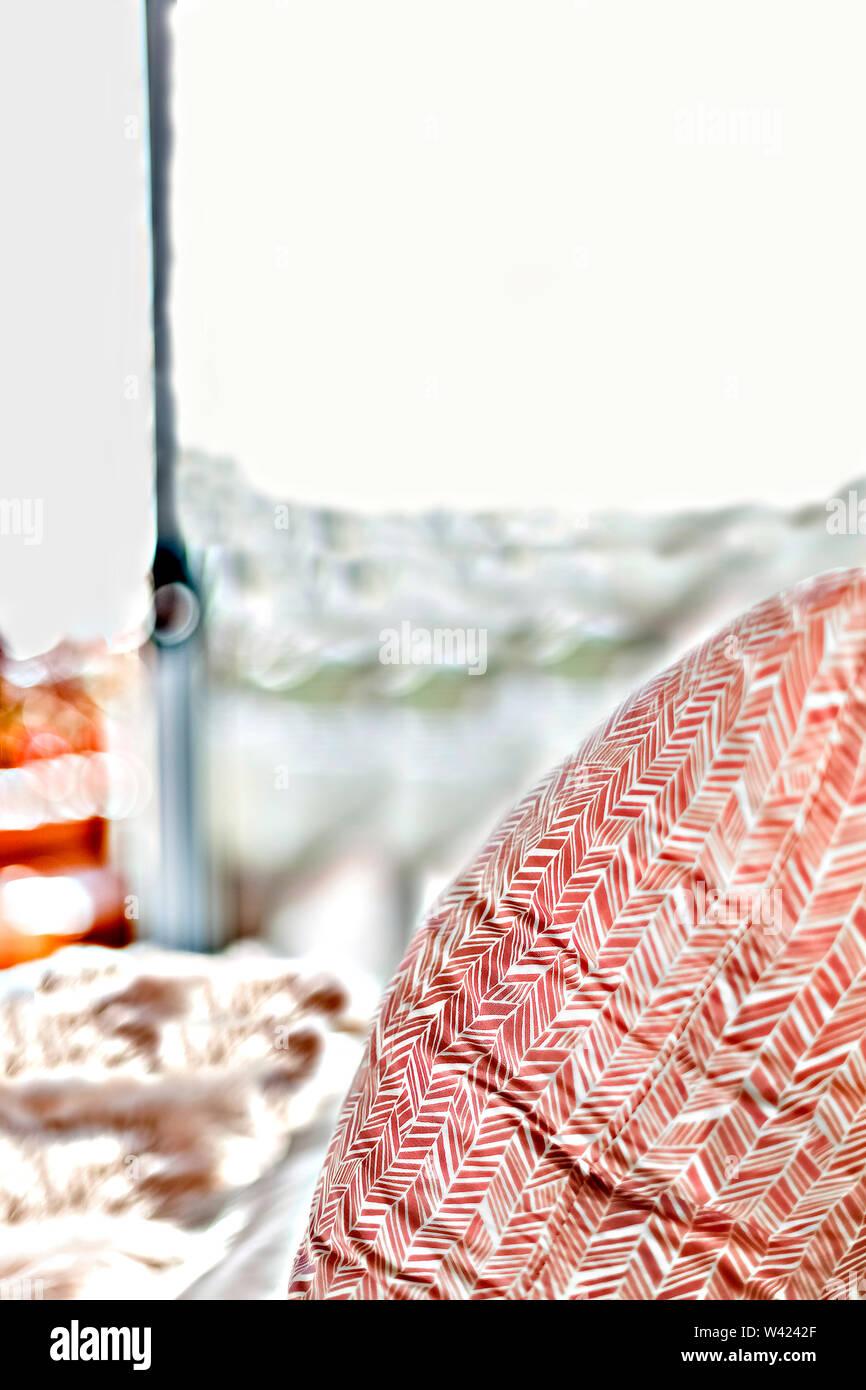 Close up di un cuscino di pattern con arte focalizzata sul letto sfocate con uno sfondo Immagini Stock