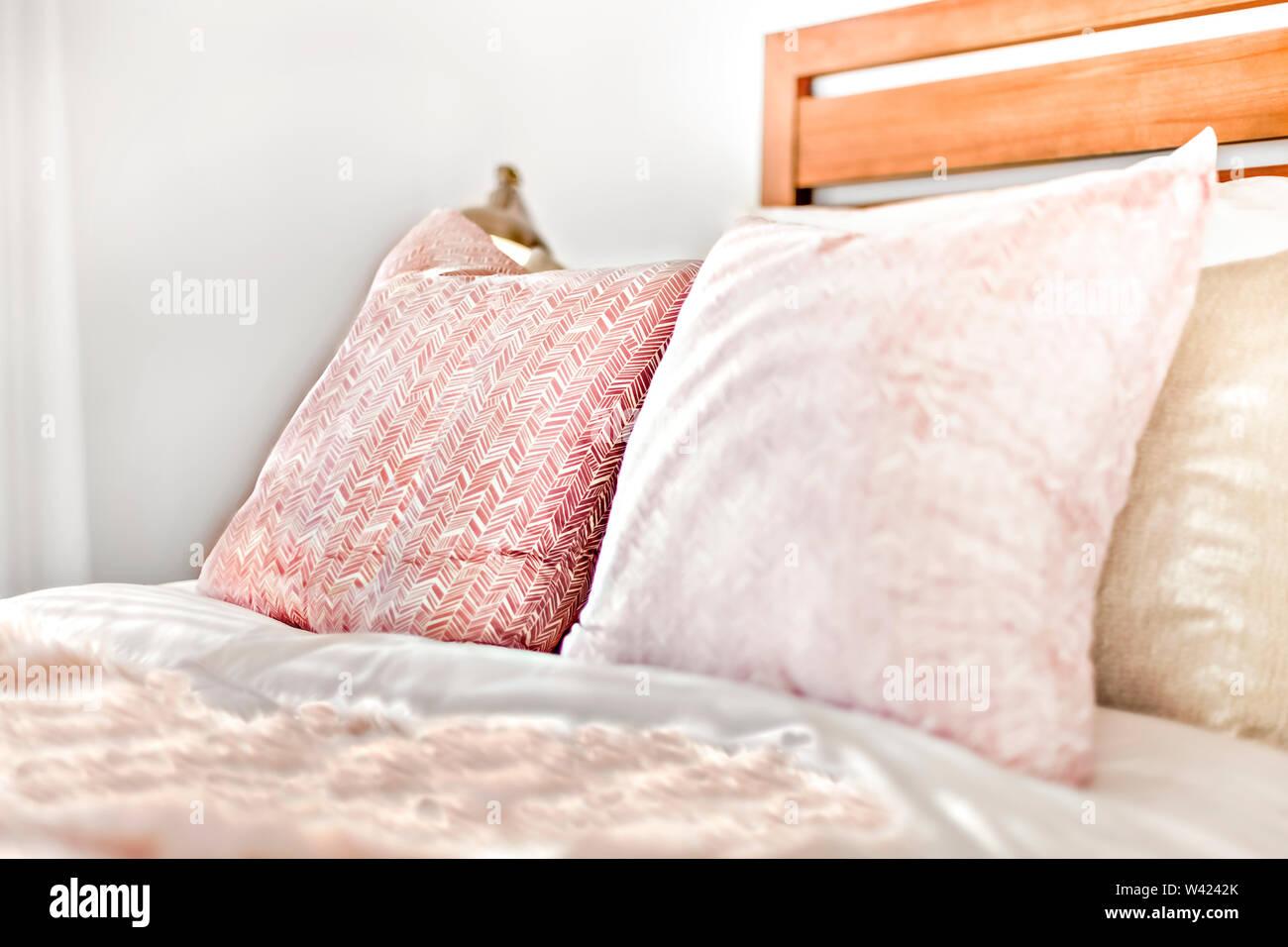 Cuscini sul letto concentrata e la visualizzazione dettagliata della moderna camera da letto Immagini Stock