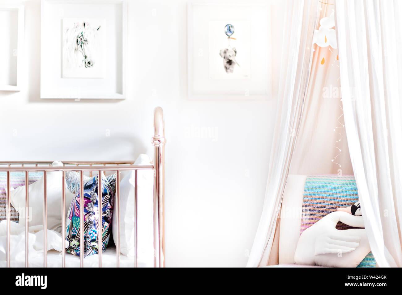 Bagno moderno con un letto lucido e zanzariere sopra il divano con uccello giocattolo bambola swan Immagini Stock