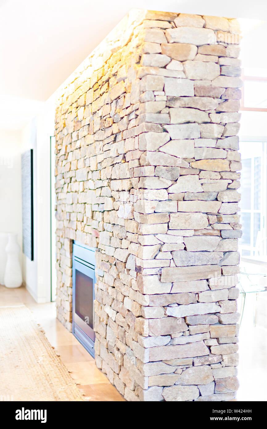 Pietra di parete di mattoni in una casa con una stufa che copre la zona con la luce del sole diffusione, la parete di roccia ha un sacco di pietre con colori diversi Immagini Stock