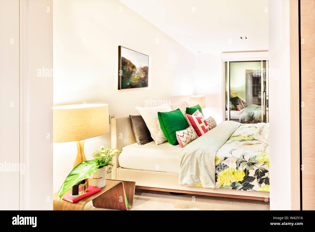 Camera da letto ingresso con luci intorno alla notte accanto al spogliatoio con panni appesi Immagini Stock