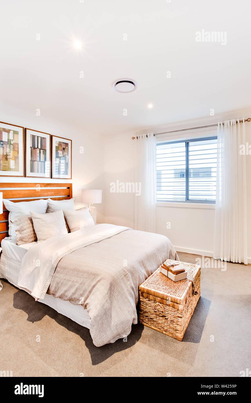 Camera Classic con un cuscino e una coperta vicino alla finestra tenda con pareti bianche, vi è una casella come un tesoro appoggiarsi al lenzuolo Immagini Stock