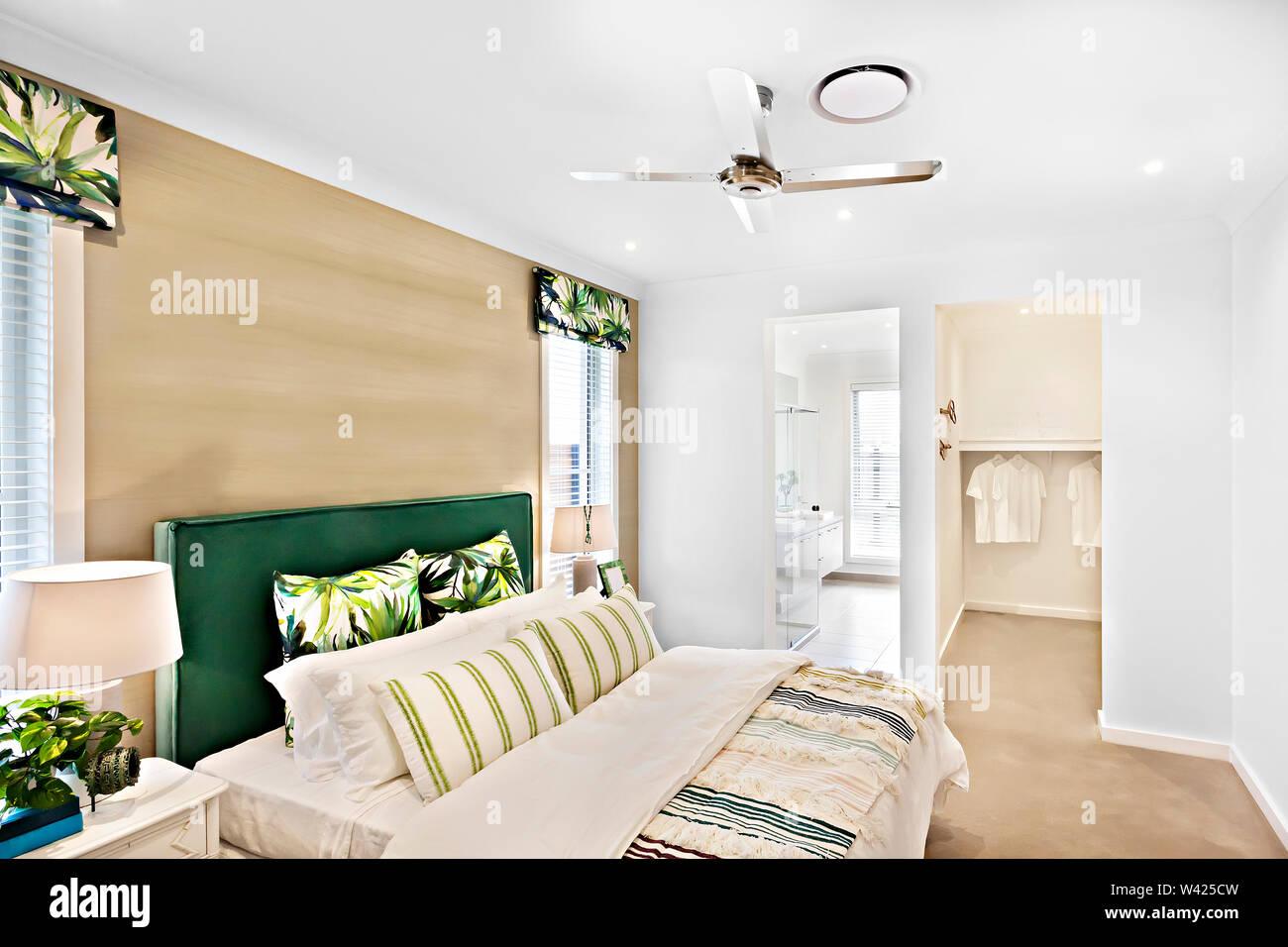 Cercando di lusso Camera da letto compresi impianti, letti confortevoli con disegni, le pareti sono di colore bianco e i cuscini sono belli, all'interno di camere di un appartamento Immagini Stock
