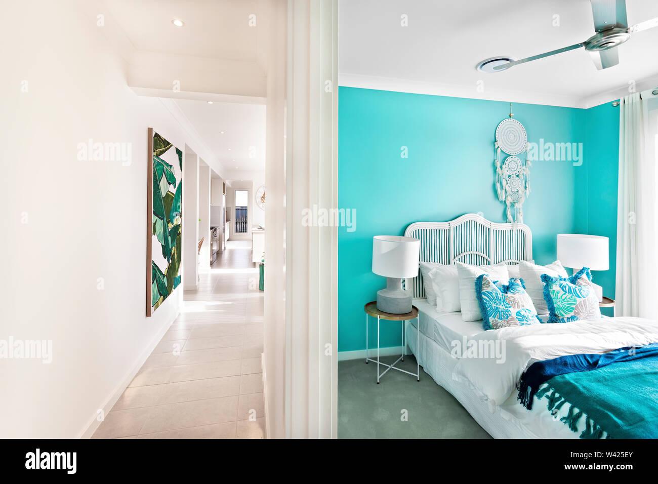 Lusso e colorato design letto, area confortevole con strutture, le pareti sono di colore bianco e i cuscini sono belli, all'interno della camera di un appartamento. Immagini Stock
