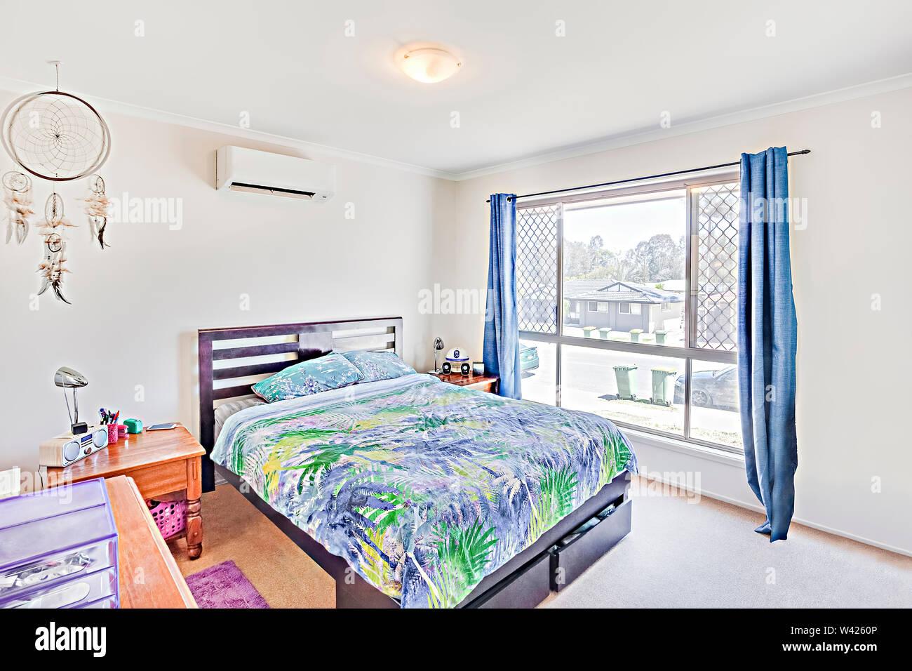 Master di moderno design letto con cuscino, letto confortevole con disegni, le pareti sono di colore bianco e i cuscini sono belli, all'interno della camera di un appartamento. Immagini Stock