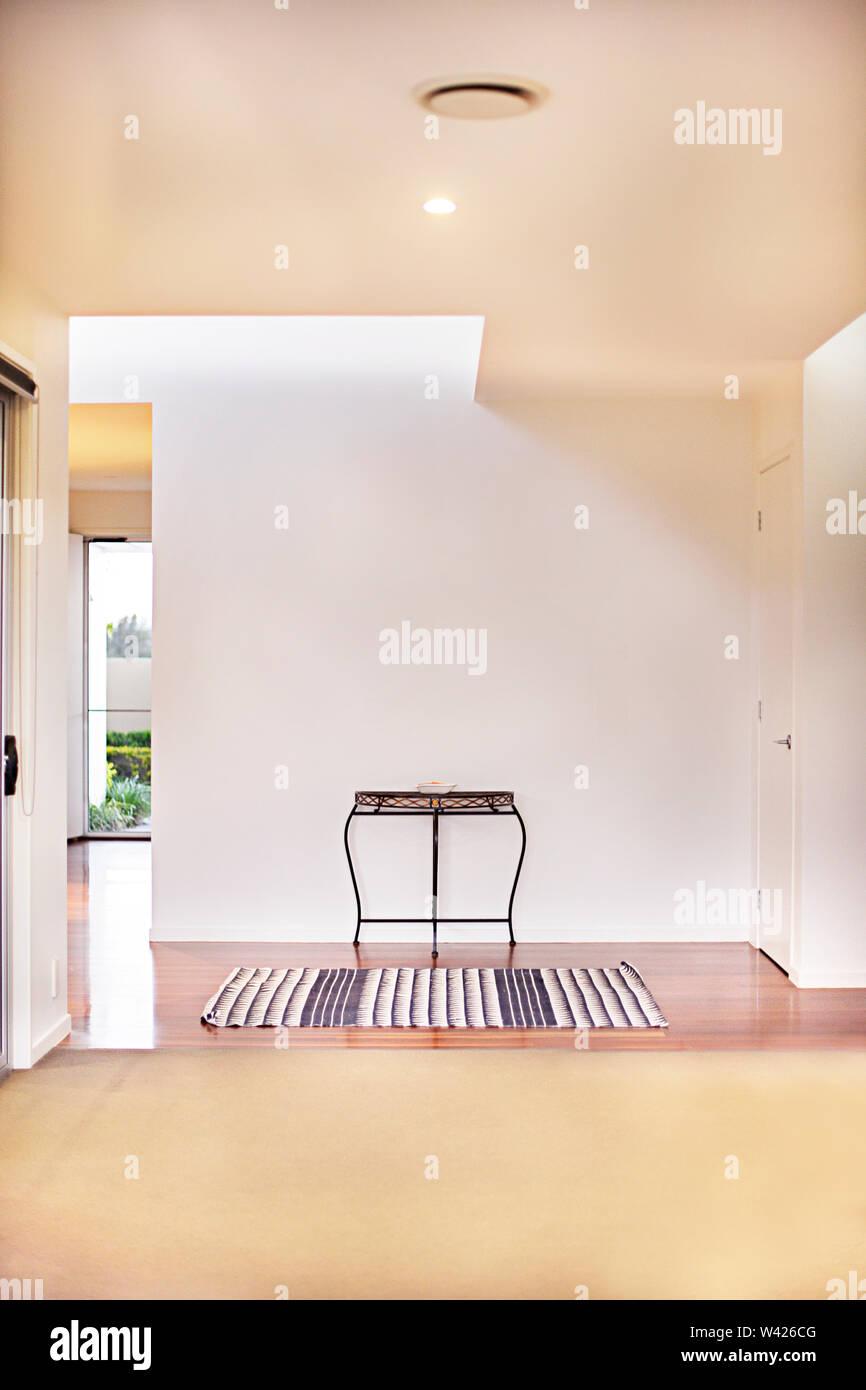 Stanza vuota con pavimenti di moquette vicino al pavimento di legno in una casa di lusso interno, le pareti sono di colore bianco e non ci sono le luci sul soffitto sopra la porta, t Immagini Stock