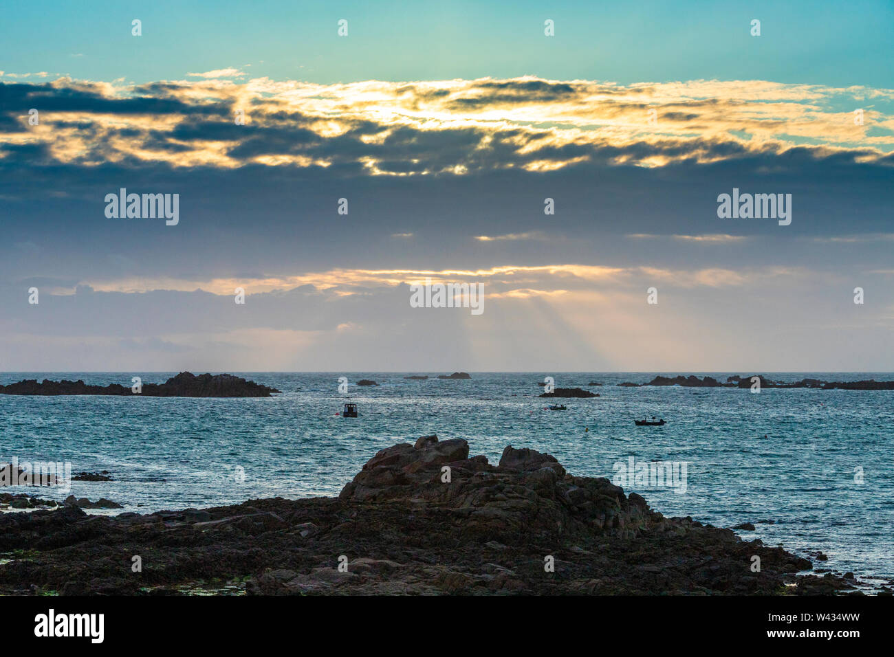 Il sole che tramonta sulla Baia di Cobo, Guernsey, Isole del Canale della Manica UK Foto Stock