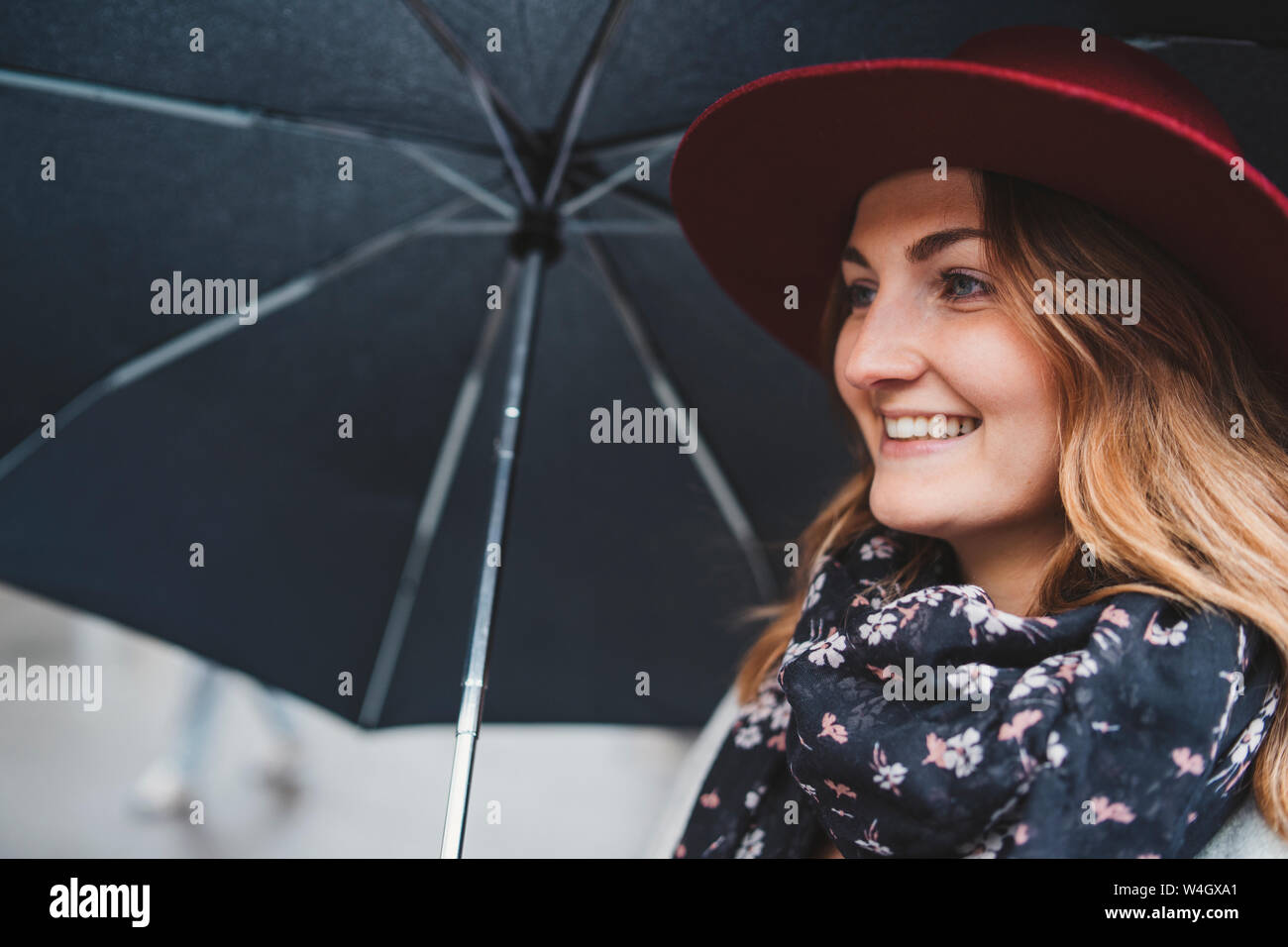 Ritratto di felice giovane donna sotto l ombrello Foto Stock