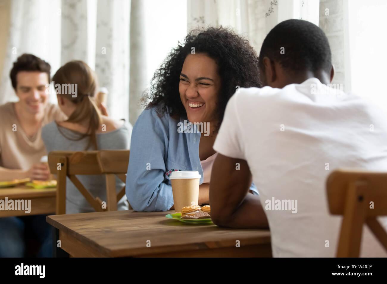 datazione di una donna Biracial Dating online oltre 50
