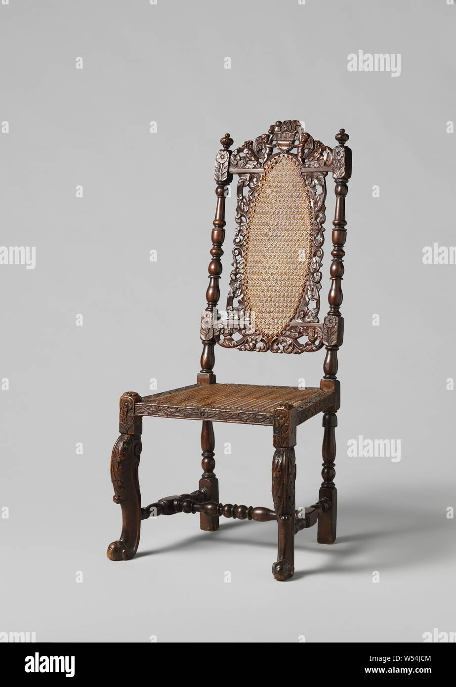 Sedie A Forma Di Sedere Costo sedia sedia in legno di noce. il mobilio è coperto con reed