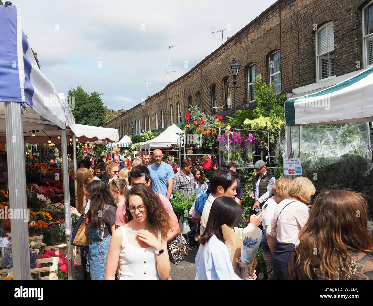 Vista guardando lungo la famosa Columbia Road Flower Market in Bethnal Green a Londra Foto Stock