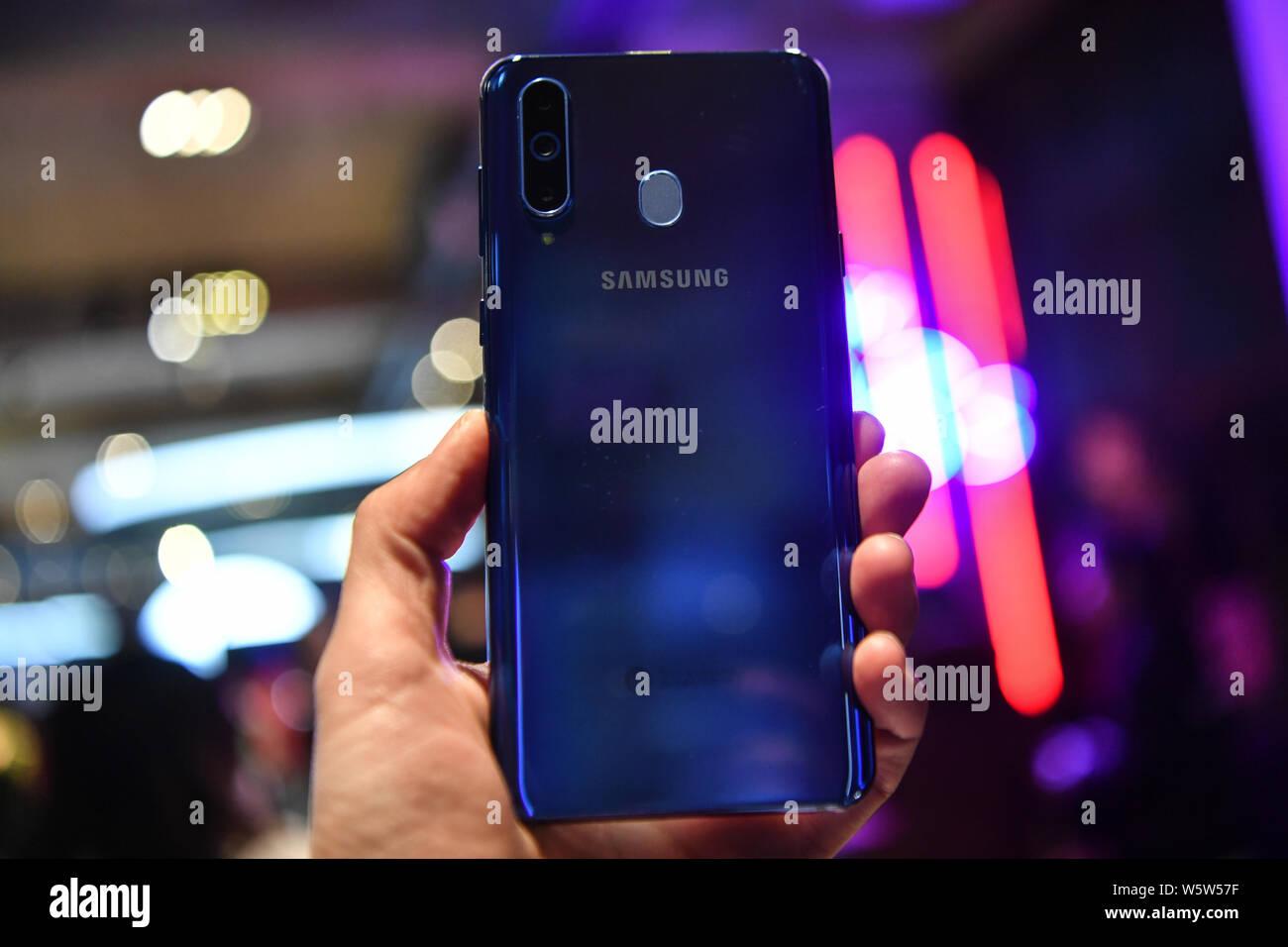 Un cliente tenta di eseguire un Samsung Galaxy A8s smartphone durante l'evento di lancio a Pechino in Cina, 10 dicembre 2018. Samsung ha annunciato il suo primo Infini Foto Stock