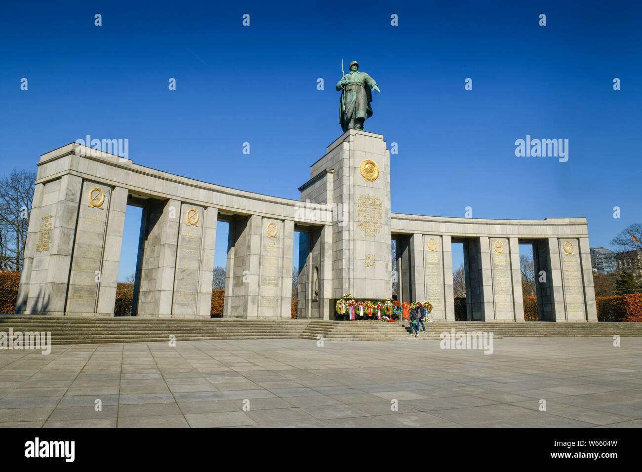 Sowjetisches Ehrenmal, Strasse des 17. Juni, Tiergarten di Berlino, Deutschland Foto Stock