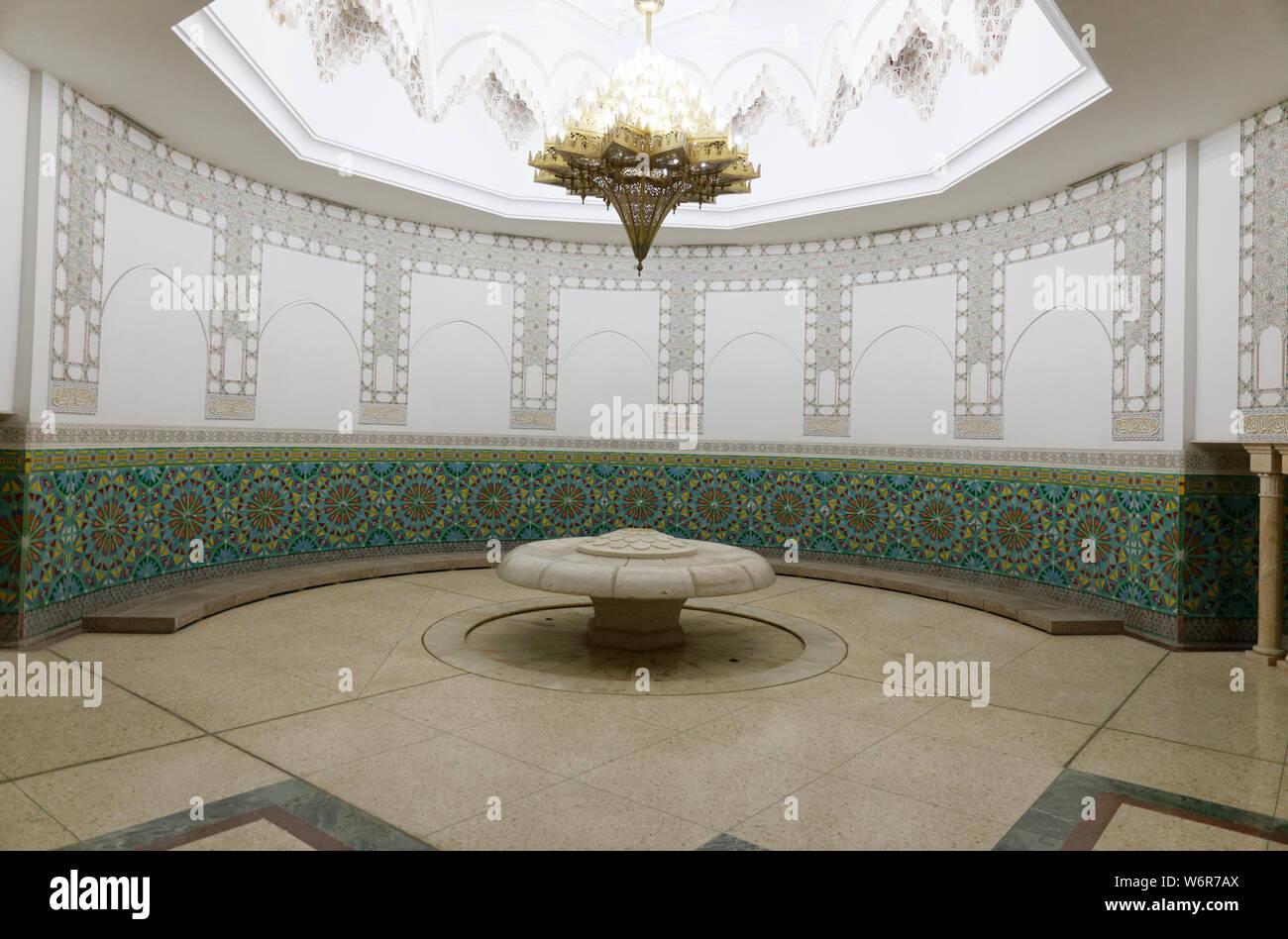 Vista del Wudu camera di lavaggio di Hassan II Grande moschea. Il rituale di lavaggio viene eseguita prima che la preghiera ufficiale, Casablanca, Marocco, Africa. Foto Stock