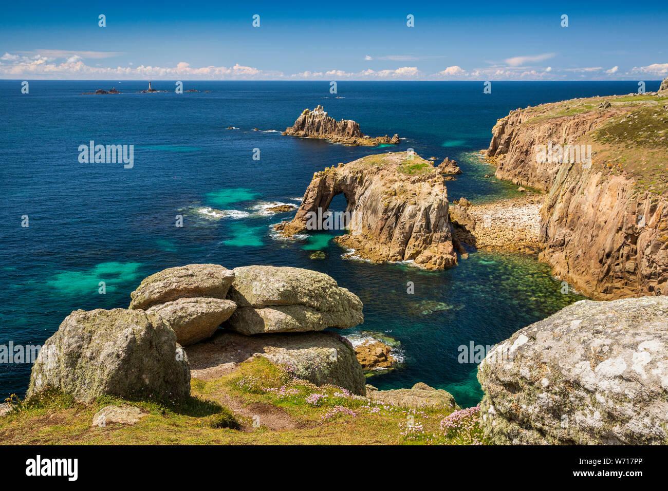 Regno Unito, Inghilterra, Cornwall, Sennen, Land's End, Enys Dodnan island arch e armato cavaliere dal punto Pordenack Foto Stock