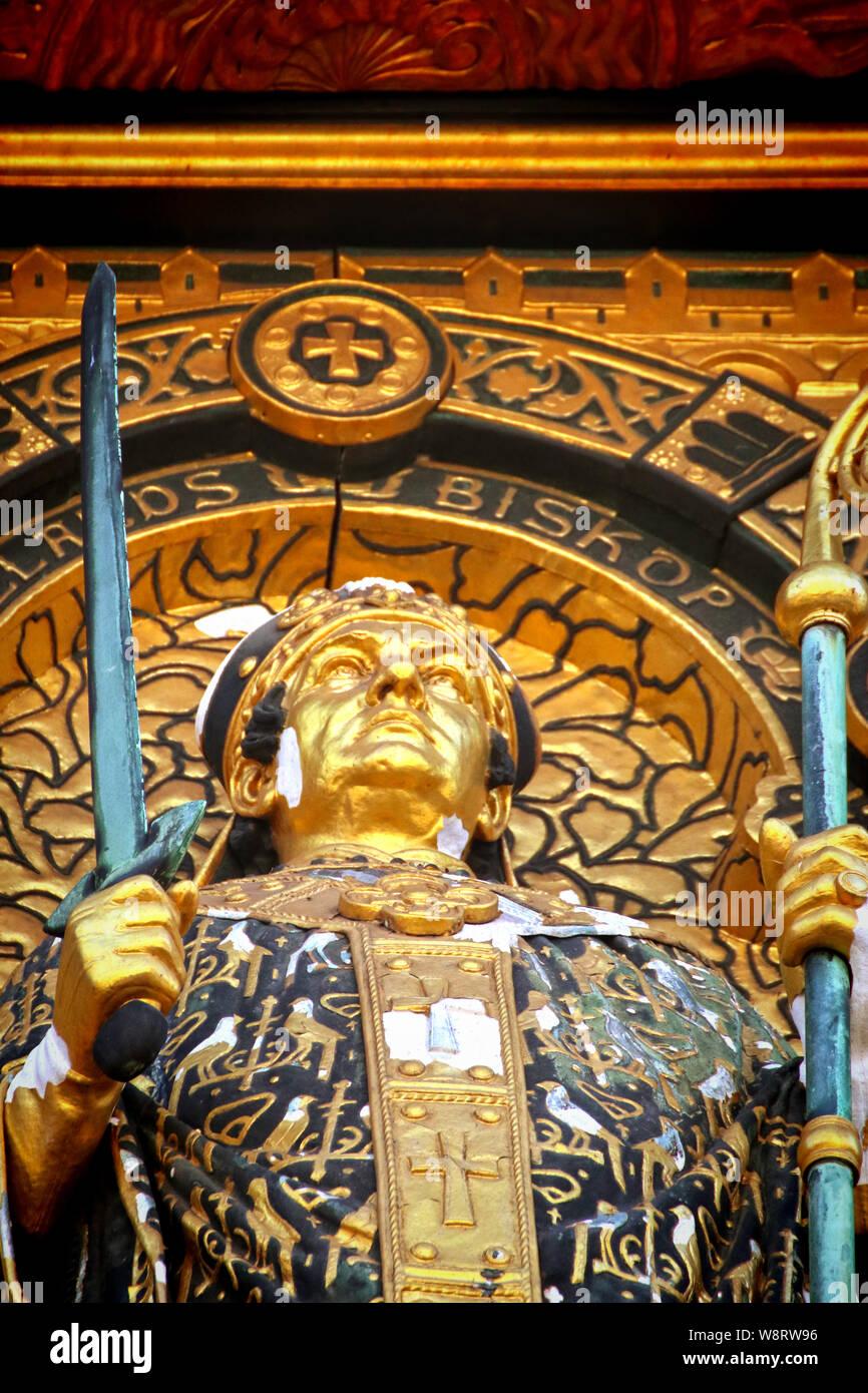 Copenaghen, Municipio facciata- dettaglio dell'Absalon rilievo, statua dorata di 1901 da Vilhelm Bissen (1836 - 1913) che rappresentano Absalon, archbis danese Foto Stock