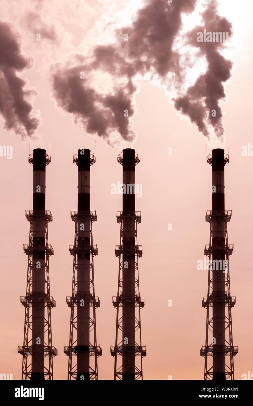 Rilasciare i tubi di fumo scuro vapore. L'inquinamento ambientale, l'inquinamento atmosferico da fumi tossici. Avvelenato atmosfera di aria Foto Stock
