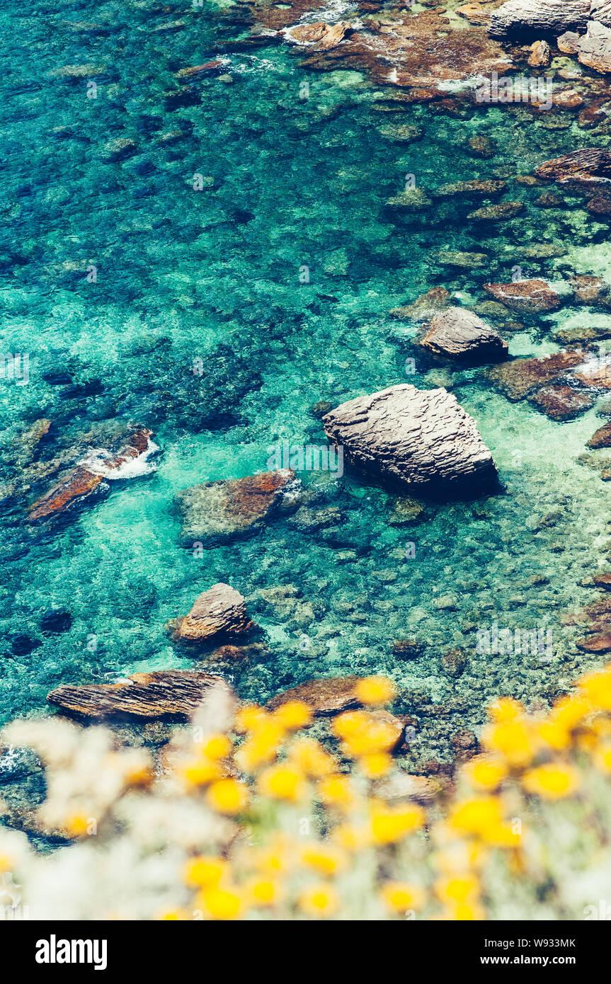 Bella blu turchese acqua di mare con scogli, guardando come una laguna del mediterraneo costa di Bonifacio, Corsica Foto Stock