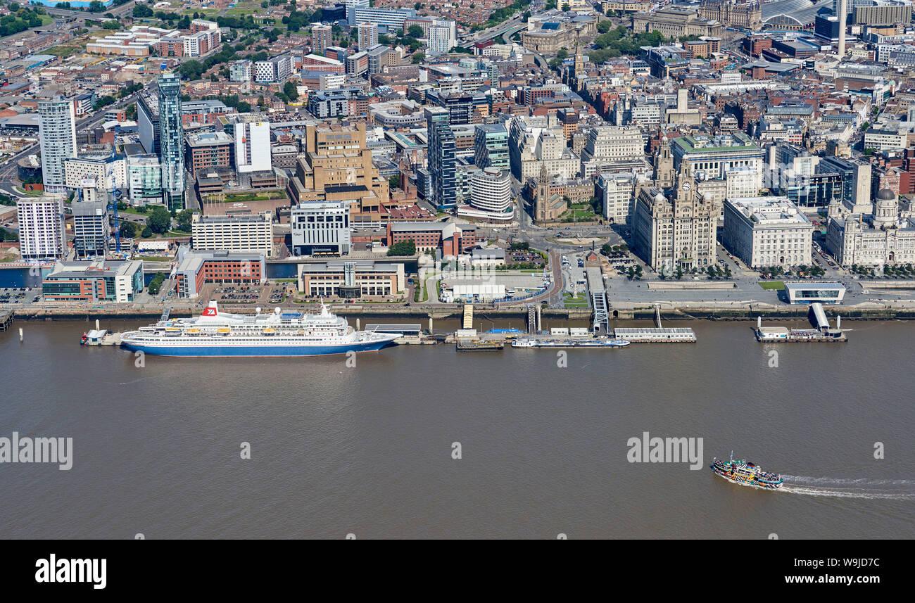 Un Fred Olsen line nave da crociera, Black Watch e il Dazzle Mersey Ferry shot dall'aria, Liverpool, Waterfront, North West England, Regno Unito Foto Stock