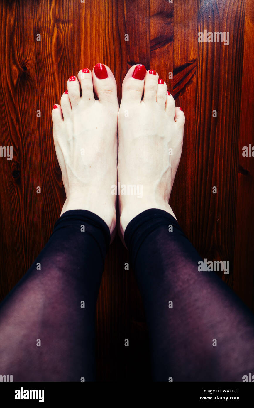 Donna di dipinto le dita dei piedi Foto Stock