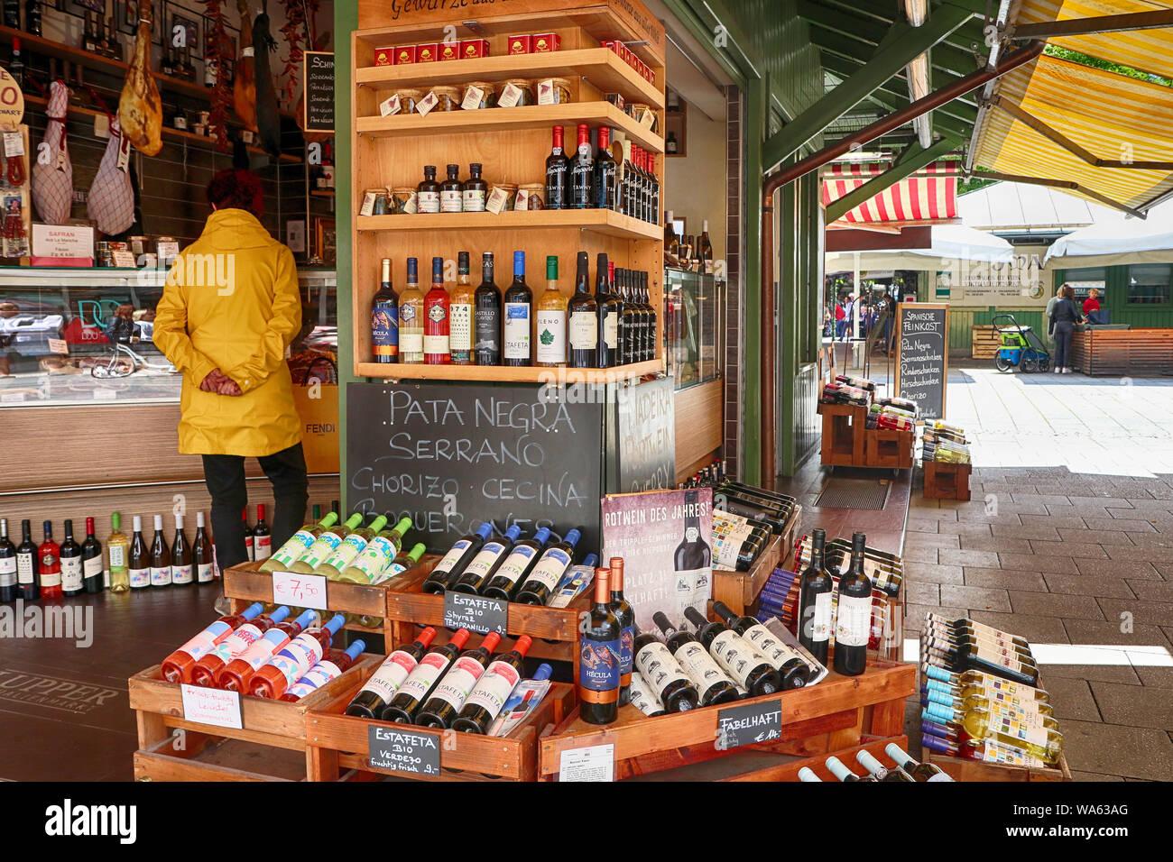 Monaco di Baviera, Germania- Agosto 16, 2019 Il cibo gourmet e wine shop offre specialità internazionali e bavaresi delicatezza al Viktualienmarkt, pietra miliare di Monaco di Baviera Foto Stock