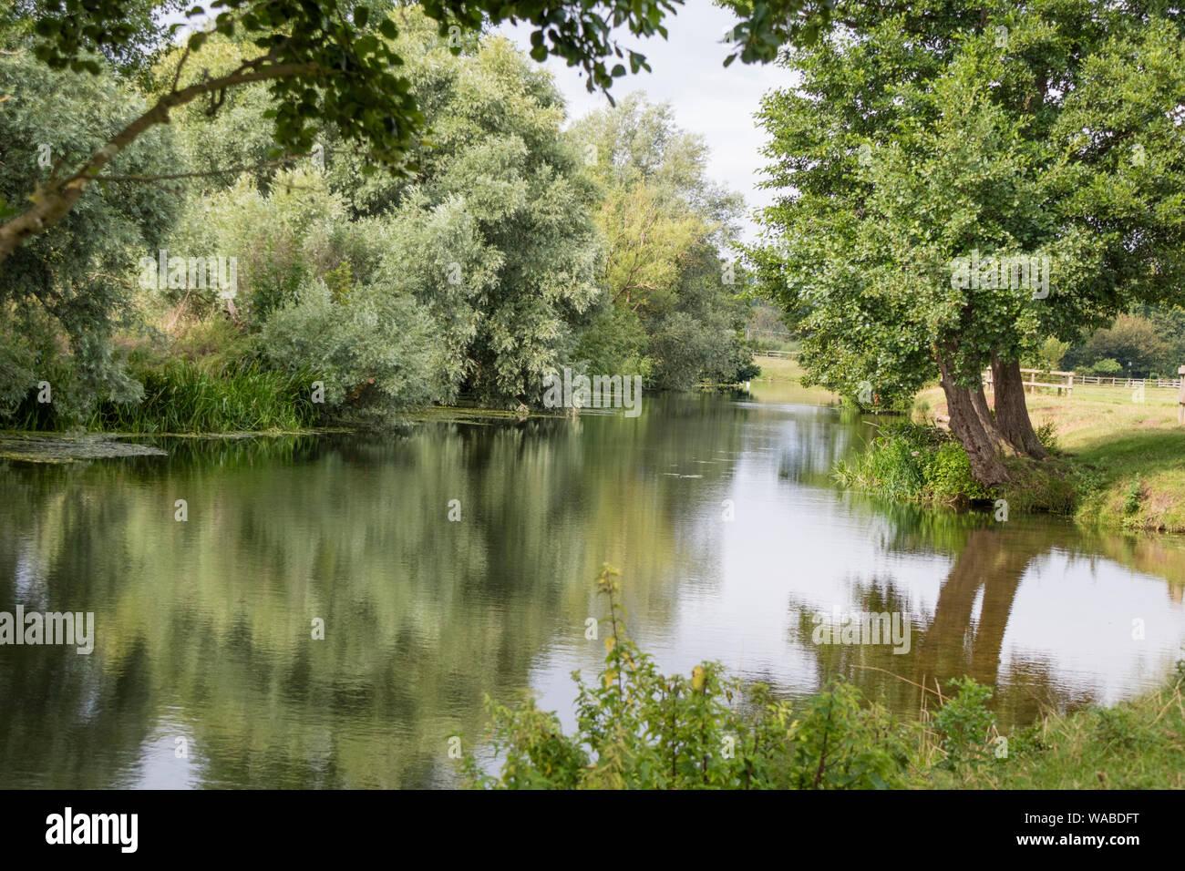 Il fiume Stour vicino al Flatford Mill del National Trust reso famoso dall'artista John Constable 1776 -1837, Suffolk, Inghilterra, Regno Unito Foto Stock
