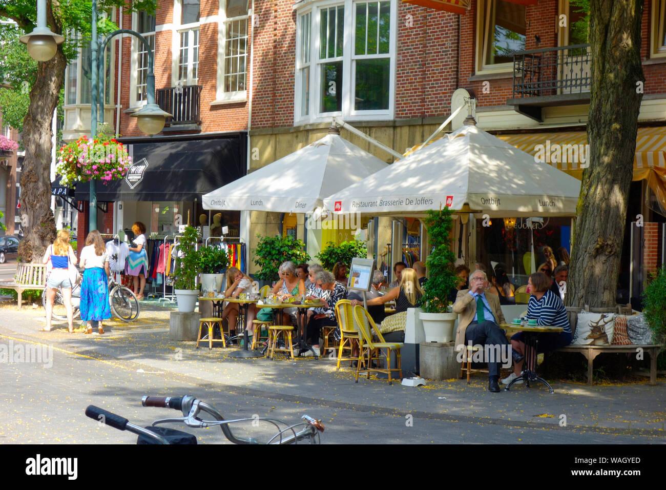 Cornelis Schuytstraat, Oud Zuid, Amsterdam, Paesi Bassi - home per una vasta varietà di ristoranti e caffetterie, high-end di boutique e negozi di bellezza. Foto Stock